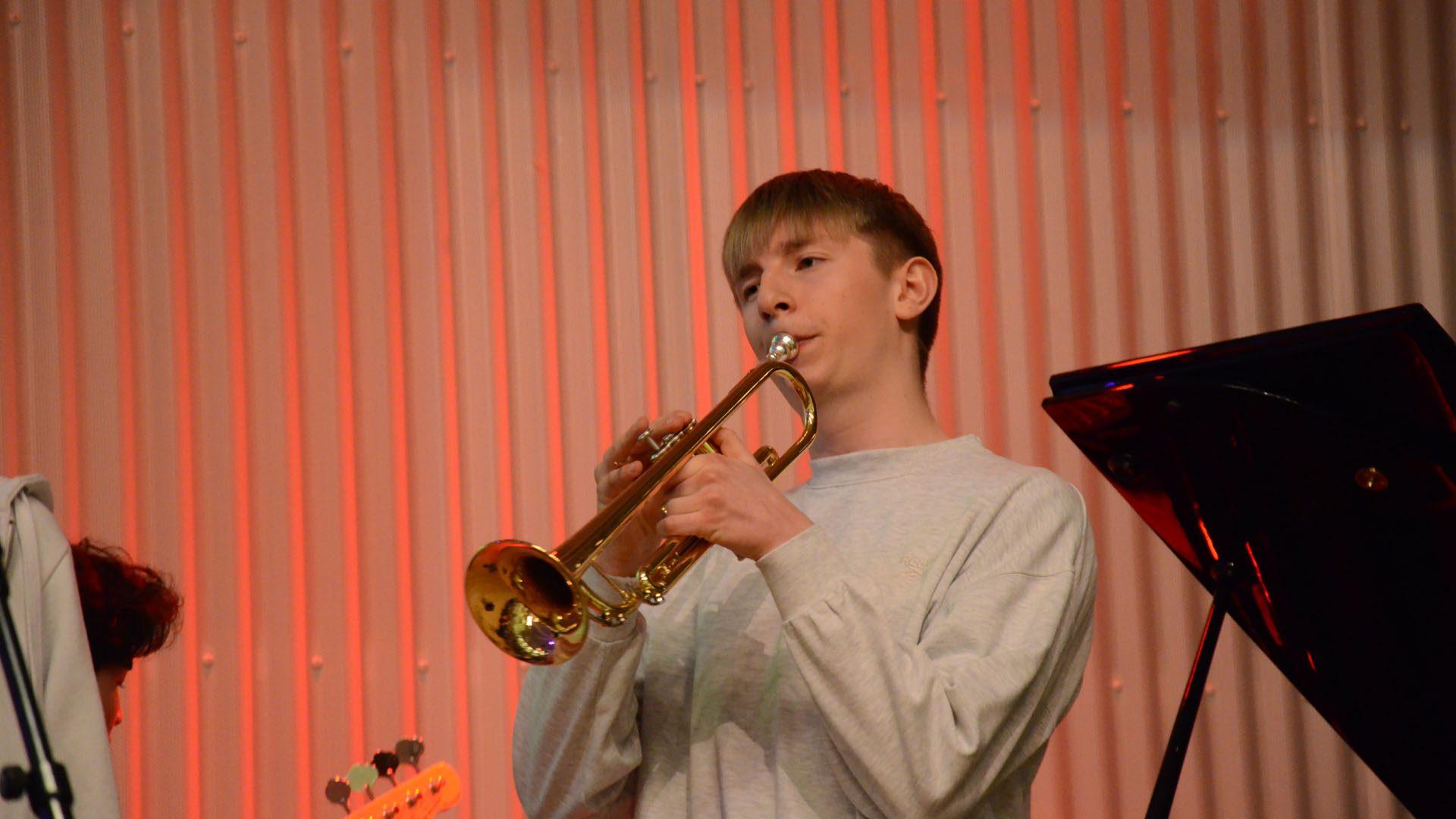 elev spiller på instrument